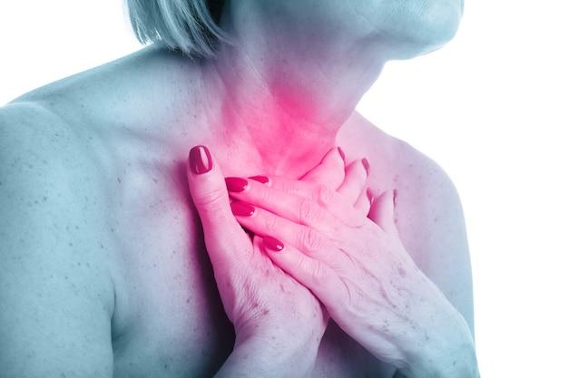 白い背景で隔離の甲状腺を持つ大人の女性のクローズアップビュー