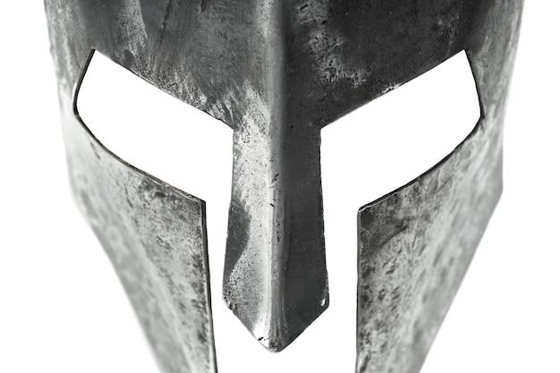 分離された古代の鉄の質素なヘルメットのクローズアップビュー
