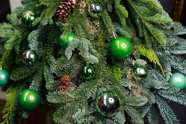 カラフルなつまらないものと美しいクリスマスツリーのクローズアップビュー