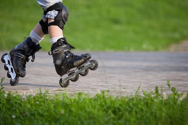 黒のローラースケートまたはローラーブレードのクローズアップビュー