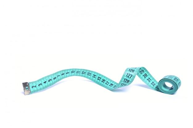 Крупным планом вид голубой измерительной ленты изолированы