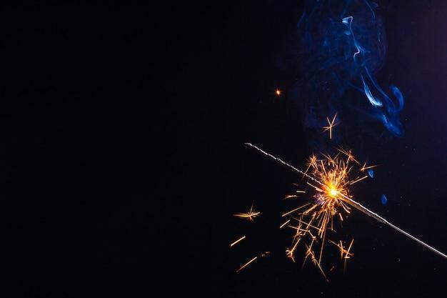 線香花火を燃焼のクローズアップビュー