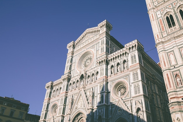 サンタマリアデルフィオーレ大聖堂(花の聖マリア大聖堂)のファサードのクローズアップビューはフィレンツェの大聖堂です