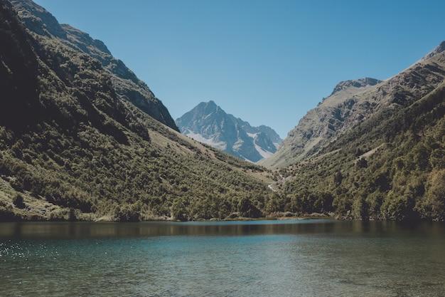 산, 국립 공원 dombay, 코카서스, 러시아, 유럽에서 호수 장면의 근접 촬영 보기. 화창한 날씨, 푸른 하늘, 멀리 푸른 나무. 다채로운 여름날, 시간