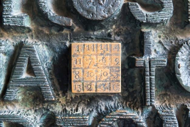 예수 이름이 있는 문에 있는 마법의 숫자 광장의 근접 촬영 보기