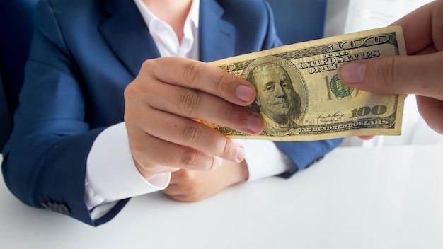 政治家または公務員の賄賂のクローズアップビュー