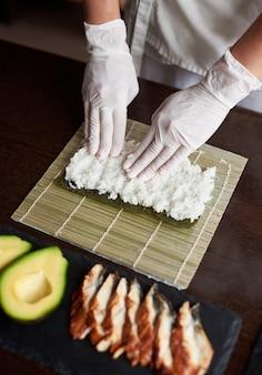 Крупным планом вид процесса приготовления ролл суши