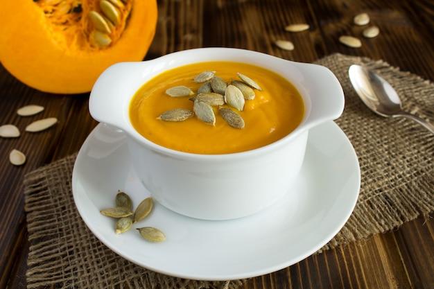 白い皿にカボチャのスープのクローズアップビュー