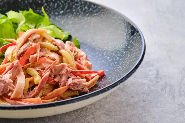 뽑은 쇠고기와 야채를 곁들인 샐러드의 근접 촬영 보기