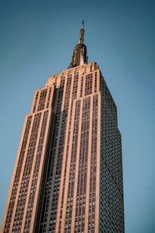 Крупным планом вид огромных зданий эмпайр-стейт-билдинг, красивых небоскребов в нью-йорке