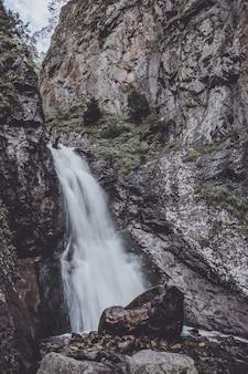 山、国立公園ドンベイ、コーカサス、ロシア、ヨーロッパの滝のシーンのクローズアップビュー。夏の風景と晴れた日