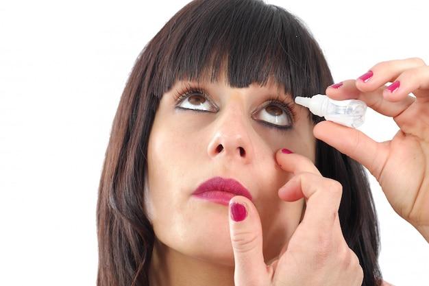 Крупным планом вид женщины, применяя глазные капли