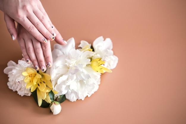 色の背景、テキストのスペースに美しい手を持つ女性のクローズアップビュー