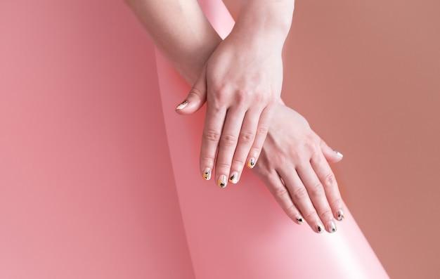 컬러 배경, 텍스트를위한 공간에 아름 다운 손으로 여자의 근접 촬영보기