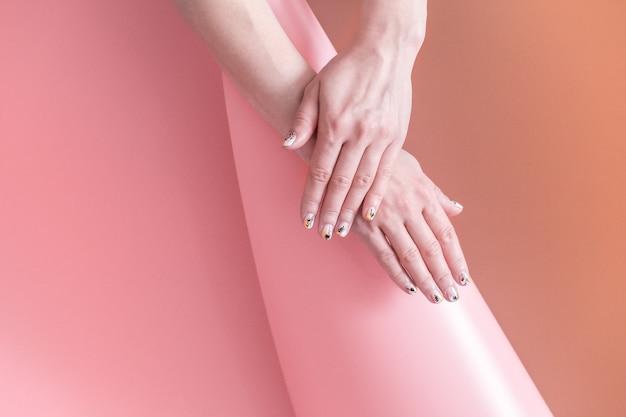텍스트 색 벽 공간에 아름 다운 손으로 여자의 근접 촬영보기