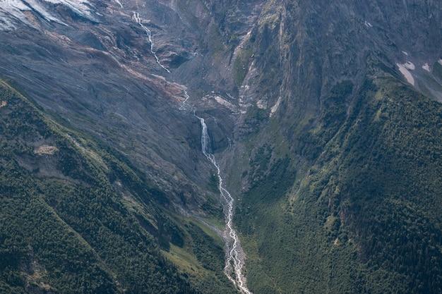 Крупным планом вид водопад сцены в горах, национальный парк домбай, кавказ, россия, европа. летний пейзаж, солнечная погода и солнечный день
