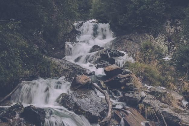 山、国立公園ドンバイ、コーカサス、ロシア、ヨーロッパのクローズアップビューの滝のシーン。夏の風景、太陽の光の天気と晴れた日
