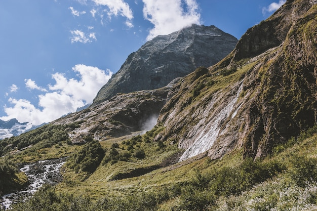 山、国立公園ドンバイ、コーカサス、ロシア、ヨーロッパのクローズアップビューの滝のシーン。夏の風景、太陽の光の天気、劇的な青い空と晴れた日
