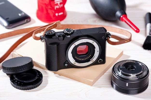 クリーニングキットとデジタルミラーレスカメラのクローズアップビンテージスタイル
