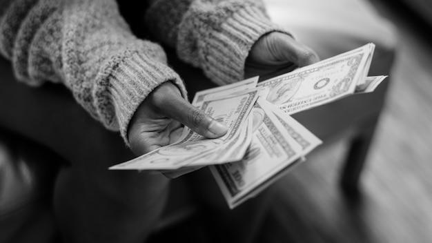 Primo piano della donna che conta soldi