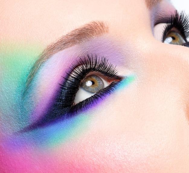 Крупным планом женские глаза с красивой модной ярко-синей косметикой