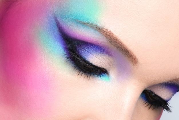 아름 다운 패션 밝은 파란색 화장과 근접 촬영 여자 눈