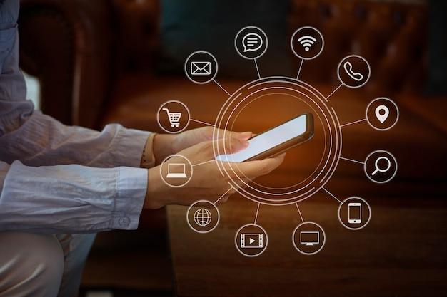 Крупным планом женская рука с помощью смарт-телефонных платежей онлайн-шоппинг с графическим значком