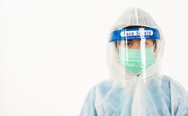 検疫コロナウイルスのためのフェイスマスク保護とプラスチック製フェイスシールドを身に着けているppe制服のクローズアップ女性医療スタッフ医師