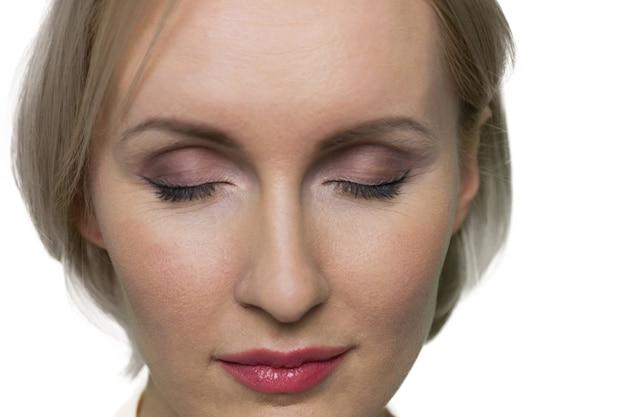 근접 촬영 여자 흰 벽에 닫힌 된 눈으로 얼굴
