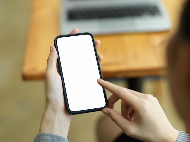 Крупным планом, женщины, использующие мобильный телефон, смарт-макет пустого экрана мобильного телефона с размытым фоном рабочего пространства. интернет, социальные сети