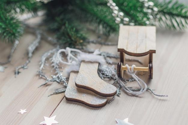 Primo piano di una slitta di legno e ornamenti di calzini