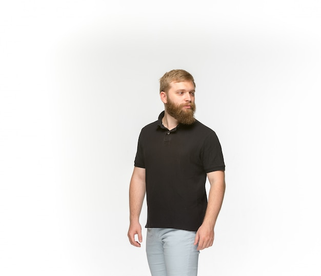 Primo piano del corpo del giovane in maglietta nera vuota isolata su fondo bianco.