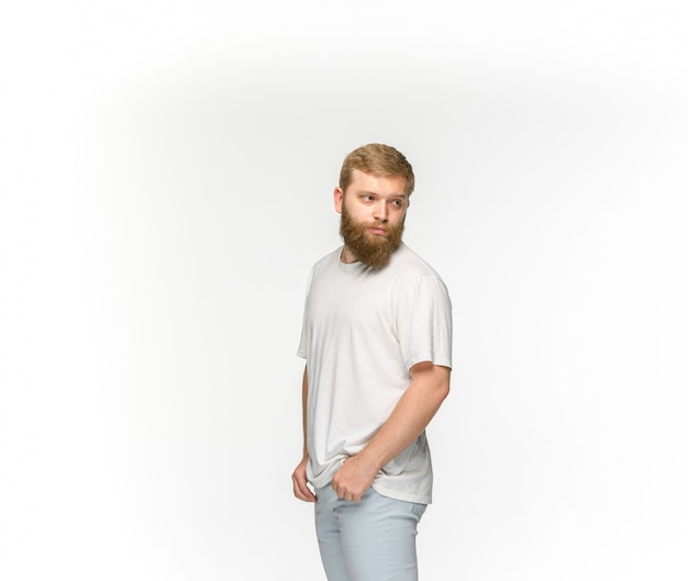 Primo piano del corpo del giovane in maglietta bianca vuota isolata su fondo bianco.