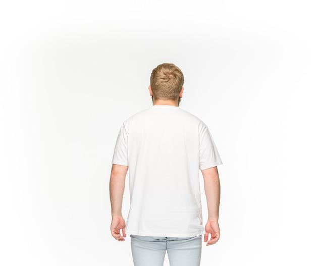 Primo piano del corpo del giovane in maglietta bianca vuota isolata su bianco.