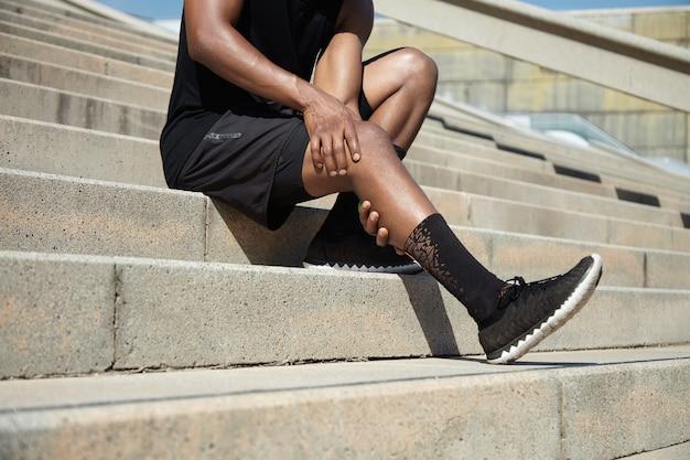 Primo piano del giovane con infortunio al ginocchio