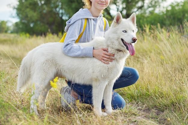 산책, 여름 초원 자연 공간, 소유자와 애완 동물에 혀 파란 눈을 가진 근접 촬영 젊은 백인 여성 허스키 개