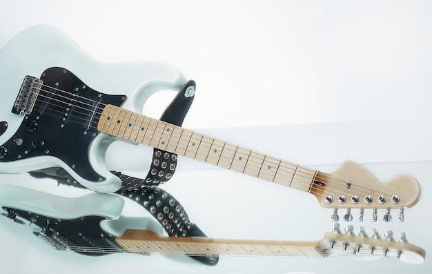 흰색 절연 반사와 근접 촬영 스타일 기타