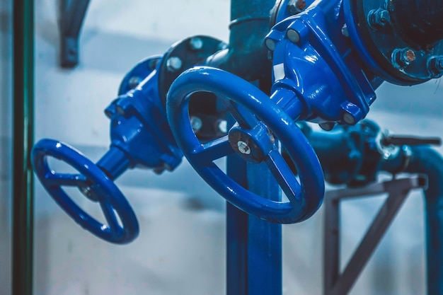 워터 펌프 스테이션의 폐쇄 밸브는 고압 물 공급을 위해 산업 실의 물 탱크가있는 파이프 라인입니다.