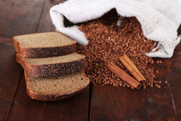 そばとパンを木に入れた布袋