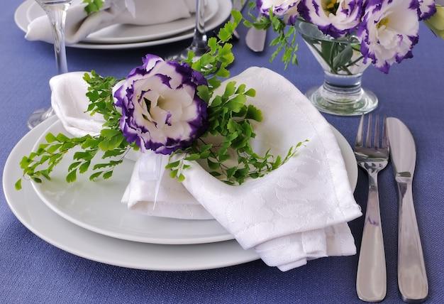 Полотно, украшенное цветком на тарелке крупным планом