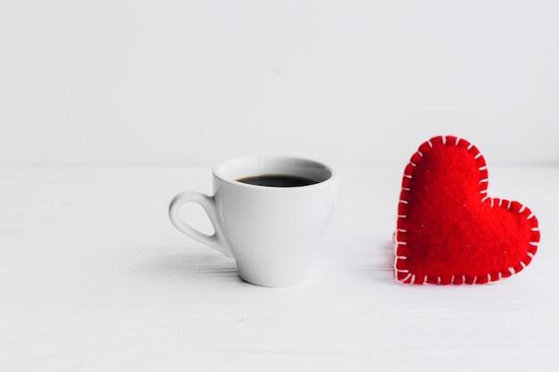 Cuore di stoffa e tazza di caffè