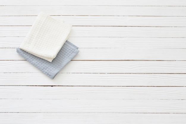 Салфетки из ткани на белом деревянном столе