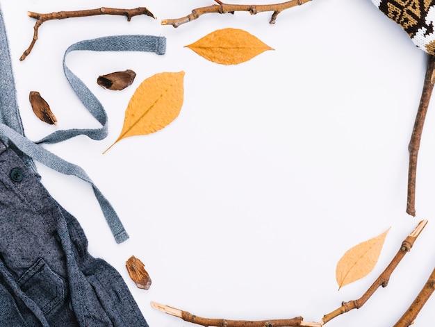 Ткань рядом с листвой и веточками