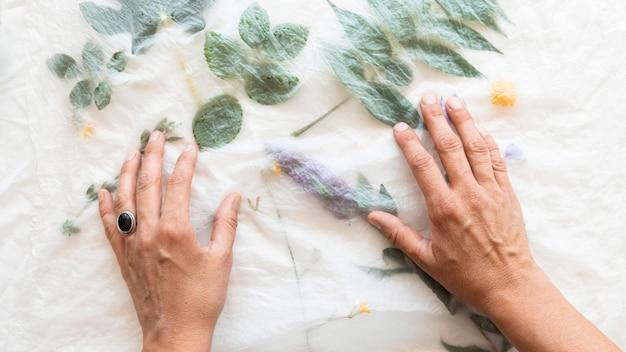 Ткань пигментированная зелеными листьями