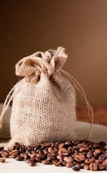 Тканевые мешки с кофейными зернами и коричневым фоном
