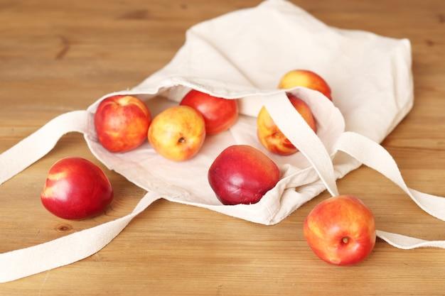 Тканевая хозяйственная сумка, тканевая сумка с персиками на столе