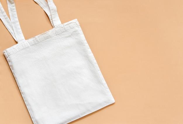 ベージュに分離された布の買い物袋