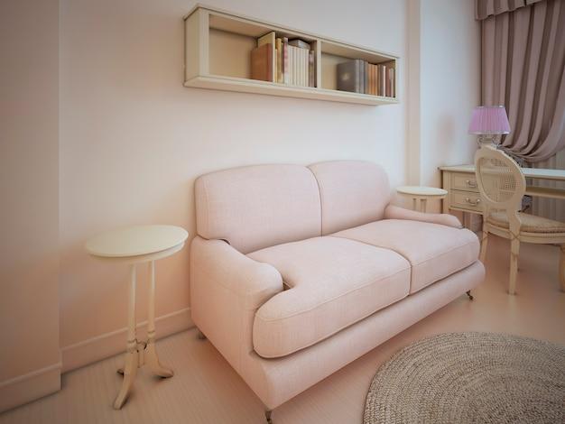 Матерчатый диван в светлой комнате с антикварной мебелью в стиле прованс