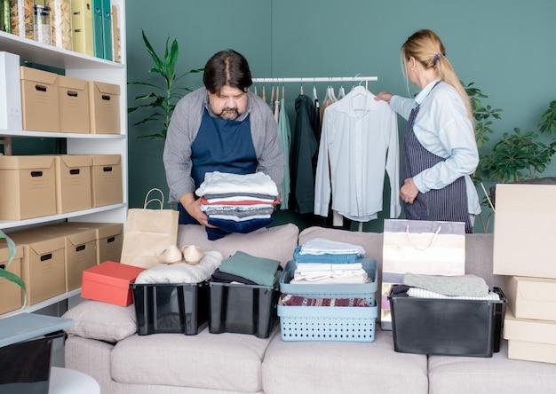 옷 자선 기부 남성 여성 제품 도움 선물 상자 팩 주는 케어 패키지