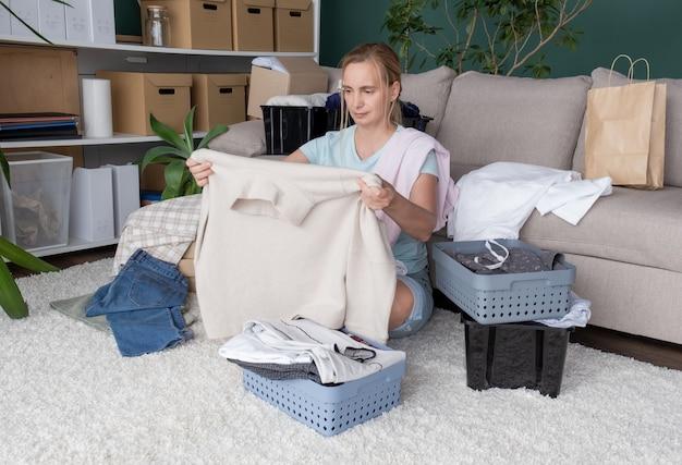 옷 자선 기부 여성 제품 도움 선물 상자 팩 주는 케어 패키지